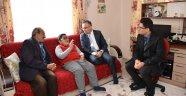 Vali Çeber, Engelli Muhammet'i yeni evinde ziyaret etti