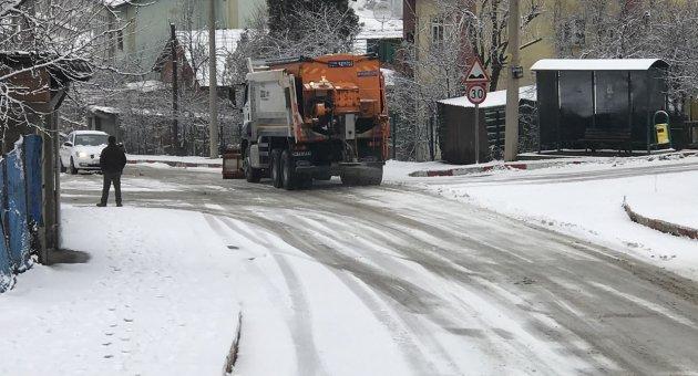 Tuzlama ve Yol Küreme Çalışmaları Aralıksız Devam Ediyor